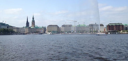 Whether the port, city or Alster tour, book easily over the Internet.
