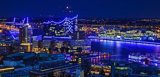 Der Hamburger Hafen erstrahlt in Blau