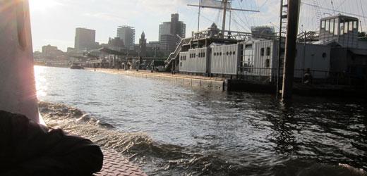 Mit unseren wendigen Barkassen geht es durch den Hamburger Hafen.