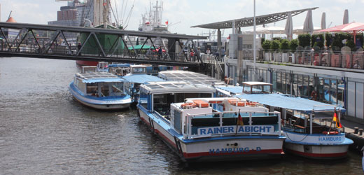 On our detailed harbor cruise you really learn everything about the Hamburg harbor.