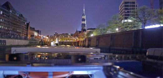 Genießen Sie eine romantische Lichterfahrt durch die Speicherstadt.