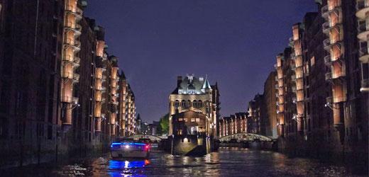 und führt bei richtiger Tide durch das Weltkulturerbe Hamburg