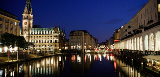With our light cruise by bus you see so many sides of Hamburg, which remain hidden during the day.