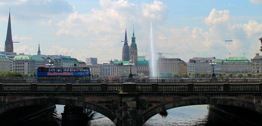 Zwischen Binnen- und Außenalster über die Lombardsbrücke. Hamburgs schönste Aussicht!
