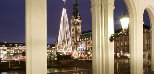 Der weihnachtliche Blick auf das Rathaus von der Alsterpromenade aus.