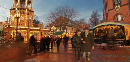 Der Weihnachtsmarkt vor der ältesten Kirche Hamburgs in der Mönckebergstrasse